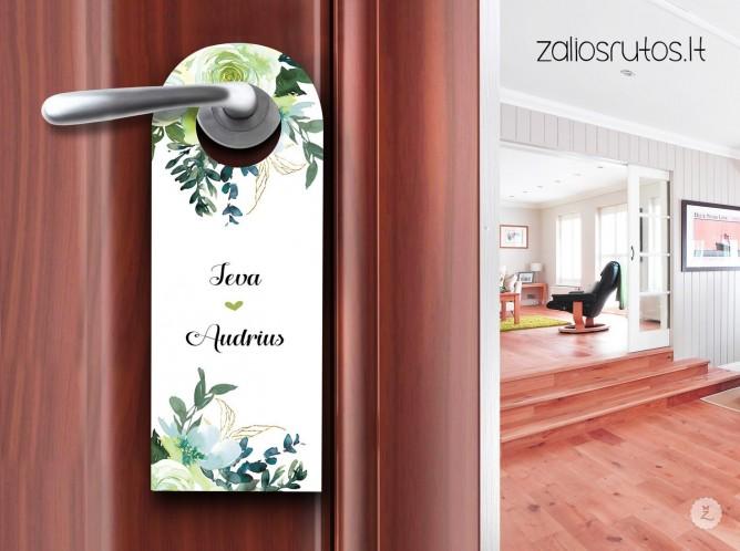 Ant durų rankėnos pakabinamas kaip viešbučiuose.
